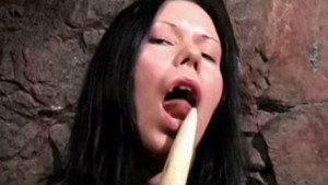 Vampyyri tyttö masturboi puisella vaarnalla