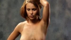 Suomalainen punatukkainen näyttelijä Saija Lentonen poseeraa alasti