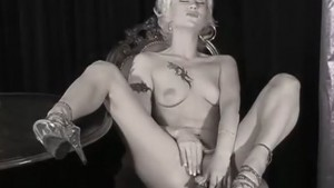 Suomalainen Laura masturboi dildolla