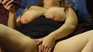 Lihava isotissinen punapää masturboi