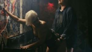 Isabel Ljungdell paneskelee takahuoneessa